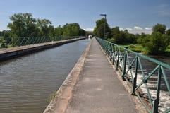 De brug van het Digoinkanaal en de cyclusmanier van Voies Verte Stock Afbeeldingen