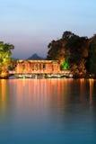 De brug van het glas op het meer bij schemer Stock Afbeeldingen