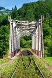 De brug van het metaal in bergen Stock Afbeelding