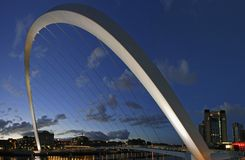 De Brug van het Millennium van Gateshead en Quayside van Newcastle Stock Afbeeldingen
