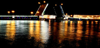 De Brug van het paleis bij nacht, St. Petersburg, Rusland stock foto's