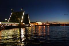 De Brug van het paleis over rivier Neva Stock Foto