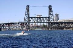 De brug van het staal en een voorbijgaande boot stock afbeeldingen