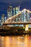 De brug van het verhaal bij nacht stock fotografie