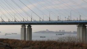 De brug van Kaap Churkin aan Russky-Eiland door het Bosphorus-Oosten in de stad Van het Verre Oosten van Vladivostok De beweging  stock videobeelden