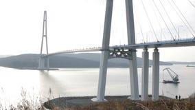 De brug van Kaap Churkin aan Russky-Eiland door het Bosphorus-Oosten in de stad Van het Verre Oosten van Vladivostok De beweging  stock video