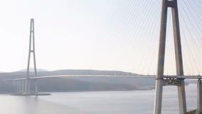De brug van Kaap Churkin aan Russky-Eiland door het Bosphorus-Oosten in de stad Van het Verre Oosten van Vladivostok De beweging  stock footage