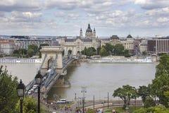De Brug van de ketting over de Rivier van Donau in Boedapest met erachter St Stephen Basilica Stock Foto
