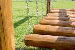 De brug van kinderen van logboeken en kettingen wordt gemaakt die stock afbeelding
