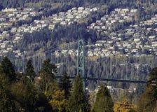De brug van de leeuwenpoort tussen Stanley Park en West-Vancouver stock foto