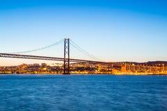 De Brug van Lissabon bij schemer Royalty-vrije Stock Foto's