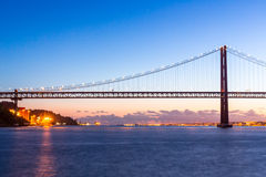 De Brug van Lissabon bij schemer Stock Afbeeldingen