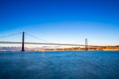 De Brug van Lissabon bij schemer Stock Fotografie
