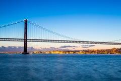 De Brug van Lissabon bij schemer Stock Afbeelding