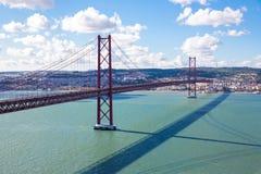 De Brug van Lissabon met cityscape Royalty-vrije Stock Afbeelding