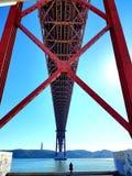 De brug van Lissabon 25ste april stock fotografie