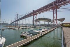 De Brug van Lissabon van Jachthaven Stock Foto
