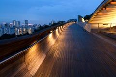De brug van lit bij schemer Royalty-vrije Stock Fotografie