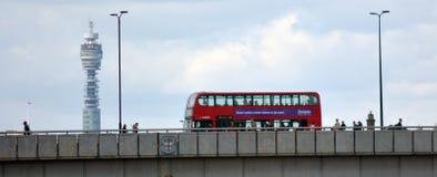 De Brug van Londen met BT-toren op de Achtergrond in Londen het UK Stock Foto