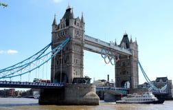 De Brug van Londen onder hemel stock afbeeldingen