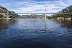 De brug van Lysefjordbrucke in Noorwegen Stock Foto's