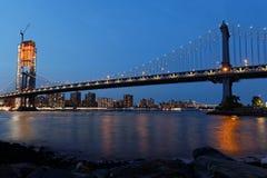De Brug van Manhattan bij blauw uur Stock Fotografie