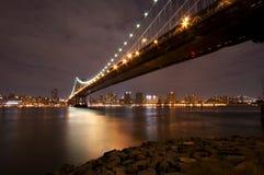 De Brug van Manhattan bij Nacht Stock Fotografie