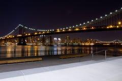 De Brug van Manhattan bij Nacht Stock Foto