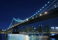 De Brug van Manhattan bij Nacht Stock Afbeeldingen