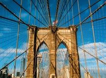De brug van Manhattan door het water stock foto