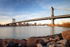 De Brug van Manhattan over de Rivier van het Oosten bij zonsondergang in de Stadsmanuren van New York Stock Foto's