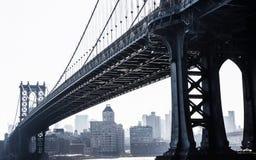 De brug van Manhattan, viw van onder de brug Stock Afbeeldingen