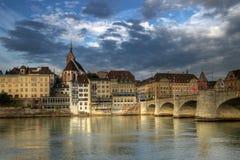 De Brug van Mittlere en de waterkant van Bazel, Zwitserland Royalty-vrije Stock Foto's