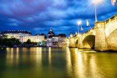 De Brug van Mittlere en de waterkant van Bazel, Zwitserland Stock Afbeeldingen