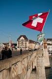 De Brug van Mittlerebrã ¼ cke met de vlag van Zwitserland Royalty-vrije Stock Afbeelding
