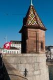De Brug van Mittlerebrã ¼ cke met de vlag van Zwitserland Royalty-vrije Stock Fotografie