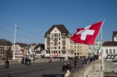 De Brug van Mittlerebrã ¼ cke met de vlag van Zwitserland Royalty-vrije Stock Foto