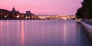 De brug van Novoandreevsky in Moskou bij zonsondergang Royalty-vrije Stock Afbeelding