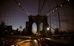 De brug van NYC Brooklyn bij nacht stock foto's