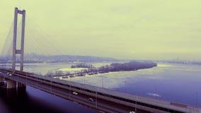 De Brug van de opschorting Bridge Perfecte lijnen op de brug Geometrische nauwkeurigheid De vervoerbrug over de rivier stock video