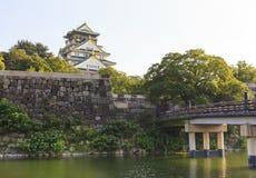 De Brug van Osaka Castle en Gokurakubashi-tijdens zomer in Ja Royalty-vrije Stock Afbeeldingen