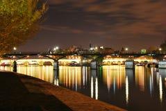 De brug van Parijs en de rivier 's nachts zegen Stock Fotografie