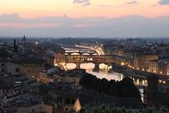 De brug van Pontevecchio in Florence bij schemer Stock Foto