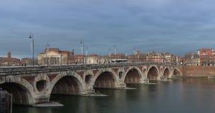 De brug van Pontneuf de dag in van Toulouse, Frankrijk aan nachttijdspanne stock video