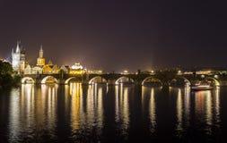 De brug van Praag Charles bij nacht Stock Afbeeldingen