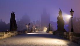 De brug van Praag - van Charles in de mist Royalty-vrije Stock Foto
