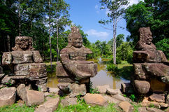 De brug van Preahkhan angkor stone carvings gopura Royalty-vrije Stock Foto's