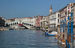 De Brug van Rialto en Groot Kanaal - Venetië Stock Foto's