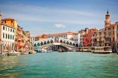 De Brug van Rialto over Groot kanaal in Venetië Stock Foto's