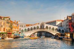 De Brug van Rialto (Ponte Di Rialto) op een zonnige dag Stock Fotografie
